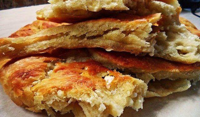 Κοινοποιήστε στο Facebook Φλαούνα ή κουλούρα ξηρομερίτικη .Μια φανταστική συνταγή για μια παραδοσιακή εύκολη και πεντανόστιμη πίτα απο τη Σοφη Τσιώπου ΥΛΙΚΑ 2 1/2 κούπες περίπου χλιαρό νερό 1 φακελάκι μαγιά ξηρή 1 1/2 κουτ.γλ. αλάτι ψιλό 1/2 φλυτζάνι λάδι...
