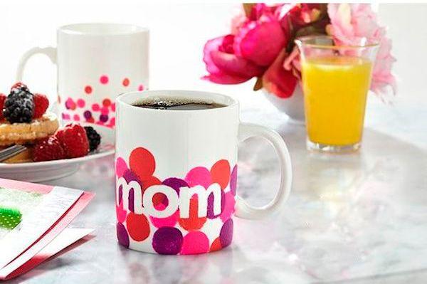 Regalos para el Día de la Madre muy originales, os enseñamos a hacer tazas pintadas para mamá. Tutorial paso a paso para hacer regalos para el Día de la Madre.