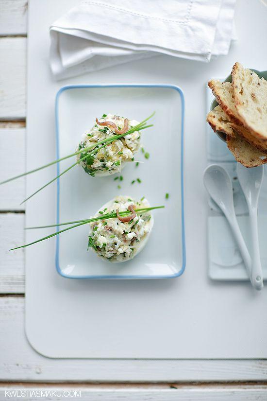 Jajka nadziewane pastą z anchois z parmezanem i szczypiorkiem