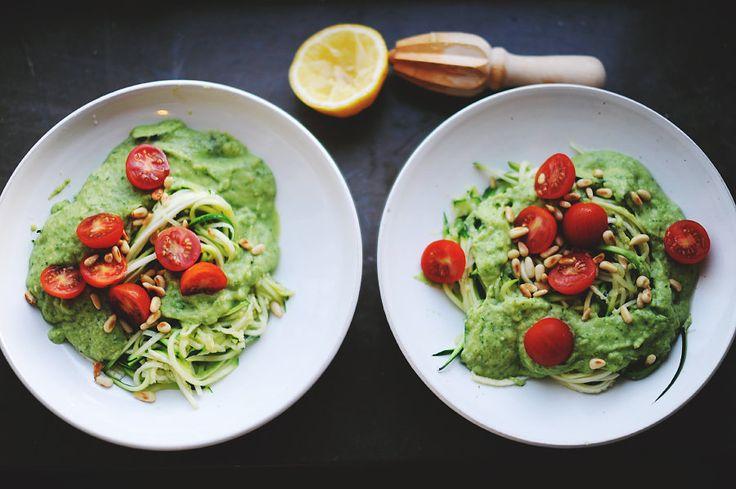 Zucchinipasta with avocado and mozarella sauce