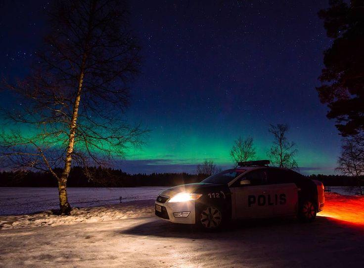 Hyvää joulukuista viikonloppua kaikille! ☺  #poliisi #polisen #police #polizei #politi #viikonloppu #perjantai #revontulet #poliisiauto #policecar #finland #suomi #suomenpoliisi #aurora #auroraborealis #northernlights #yö #talvi #night #winter #tähtitaivas #tähdet #stars