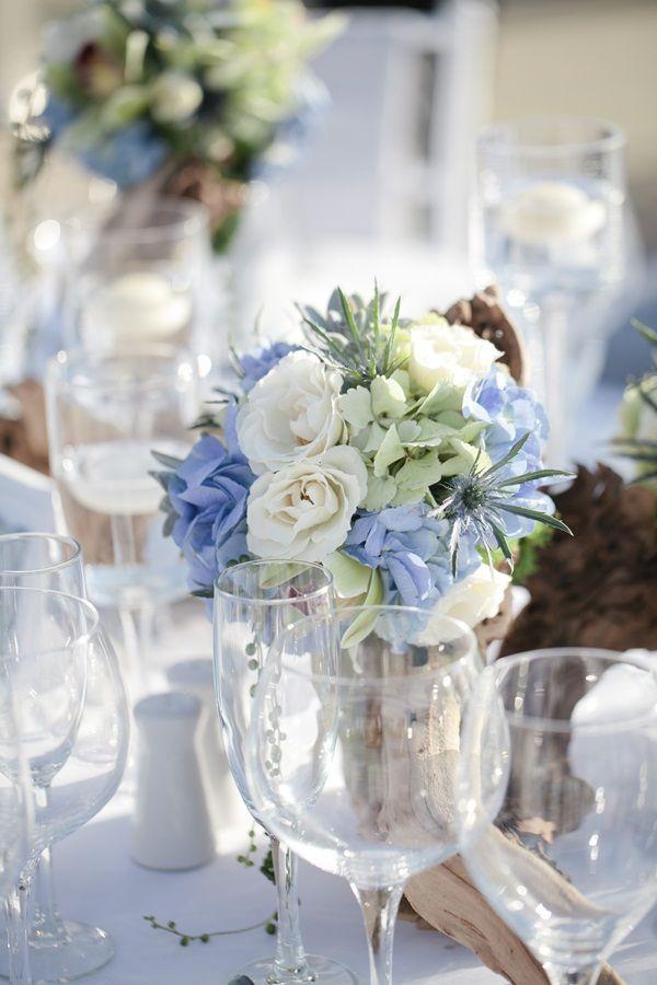 Licht blauw en wit - een mooie kleuren combinatie voor een winters feest. (Elizabeth Anne Designs) - Winter bruiloft inspiratie #TrouwPartners