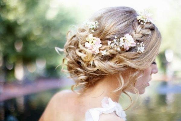 Romantische Frisuren mit Blumenkrone für die Hochzeit