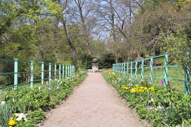 In zijn tuin plaatst hij op een plek vanwaar hij het huis van Charlotte von Stein goed kan zien een gedenksteen: Stein des guten Glücks.