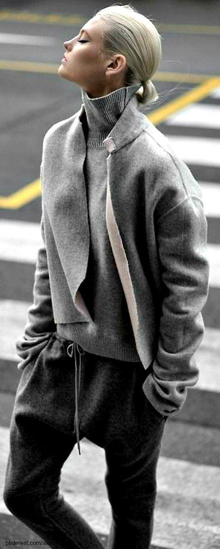 Acheter+la+tenue+sur+Lookastic:+https://lookastic.fr/mode-femme/tenues/manteau-gris-pull-a-col-roule-gris-pantalon-de-jogging-gris-fonce/16135+  —+Pull+à+col+roulé+gris+ —+Manteau+gris+ —+Pantalon+de+jogging+gris+foncé+