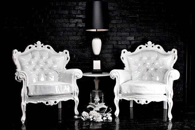 : Vintage Chairs, Habachi Design, Design Interiors, Interiors Design, Black White, Accent Chairs, Black Rooms, Black Wall, Chairs Design