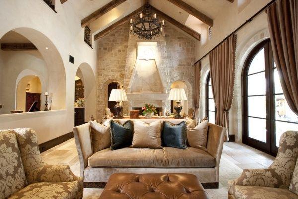 Mediterran Wohzimmer Naturstein-Wand Balken-Decke rustikal gepolsterte-Möbel Couch