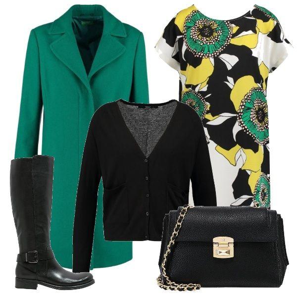 Il vestito a fantasia floreale viene proposto con un cardigan nero e un cappotto verde, che richiama la tonalità dei disegni. Ancora nero per gli accessori: gli stivali alti e la borsa con tracolla gioiello.