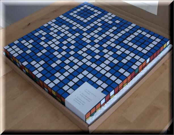 QR kod złożony z 49 kostek Rubika, który promuje grę META Assassin.