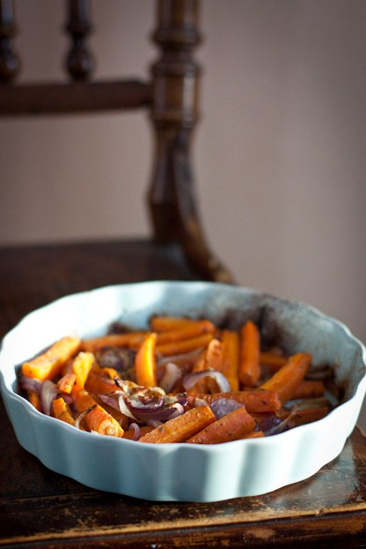 [ Ugnsrostade morötter med rödlök ] 2 port. { Ingredienser } 4 små morötter / 1 rödlök / flingsalt / svartpeppar / olivolja. { Instruktioner } Tvätta morötterna noga, skär i små stavar. Skala rödlöken, skiva den fint. Lägg allt i liten ugnsfast form. Strö över salt, svartpeppar & olivolja. Blanda om. In i ugnen på 250° ca 25 min.