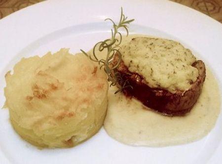 Receita de Filé Mignon com crosta de parmesão e gateau de batatas - filés com o alho, sal e pimenta e reserve. Crosta de Parmesão: Misture todos os ingredientes da crosta de parmesão. Forre com papel manteiga um...