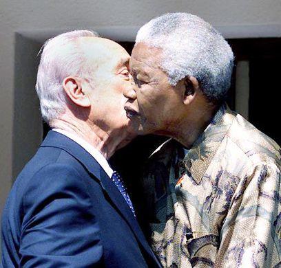 עם נלסון מנדלה (צילום: רויטרס) President of Israel with Nelson Mandela