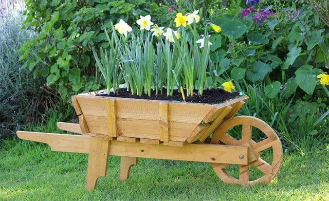 10 Diy Wooden Wheelbarrow Planter Wheelbarrow Planter Wooden