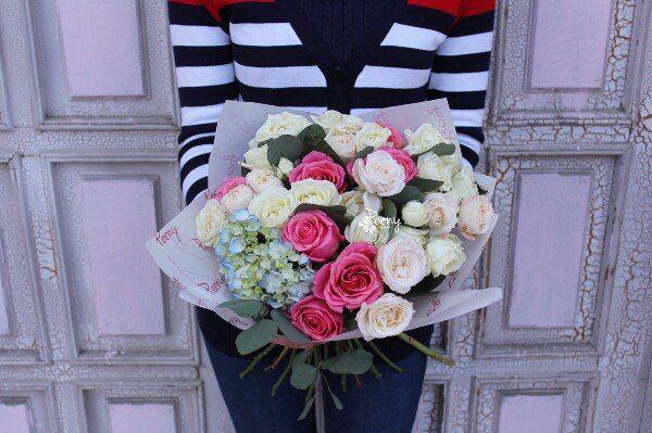 Прекрасный букет из разнообразных роз идеально подойдет для романтического свидания, а наш курьер доставит его в назначенное место точно в срок. Цена: 80 AZN