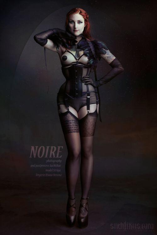 """la-femme-projekt: """"První fotografie ze série Noire je venku ! A nefotil ji nikdo jiný než Marius Sachtikus Photography. Půvabná malířka Striga v modelu Noire - na sobě má průsvitný korzet z pevné síťoviny a páskovou """"podprsenku"""" spolu s péřovým..."""