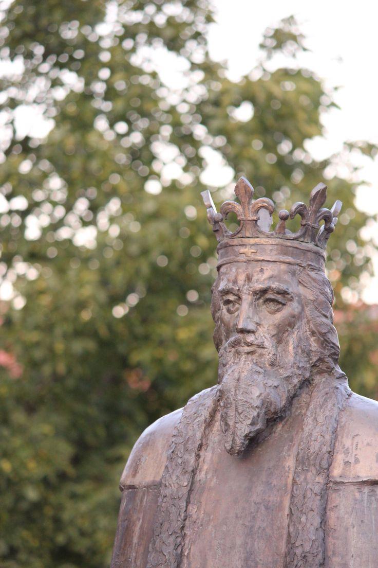Nagy Lajos király szobra a diósgyőri várnál