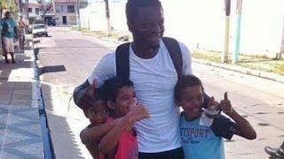 Sulley Muntari jugador ghanés reparte dinero en Brasil