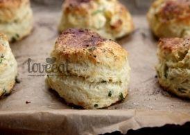 Шотландские булочки-сконы с фетой и зеленым луком