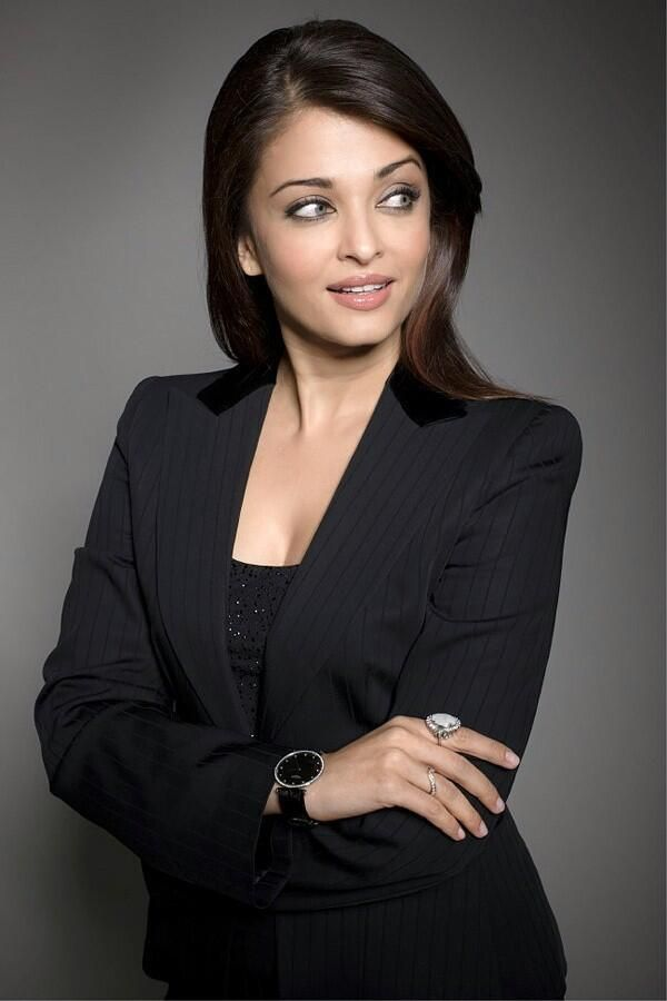 Former Miss World Aishwarya Rai Bachchan decks up in London http://indianexpress.com/photos/entertainment-gallery/aishwarya-abhishek-take-time-off-from-baby-duty-spend-some-us-time-in-london/#ash2-2… pic.twitter.com/1ZIuKGLZQY