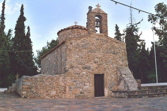 Agios Nikolaos. Kreta, Ansicht der Eingangsseite. Links an der Nordseite der Kirche ein Wasserreservoir.  www.claudoscope.eu