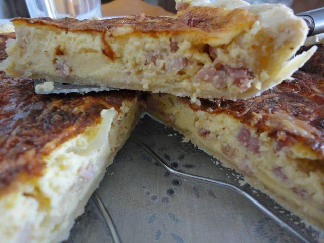 Tarta salada de bacon y queso cremoso Ver receta: http://www.mis-recetas.org/recetas/show/39893-tarta-salada-de-bacon-y-queso-cremoso