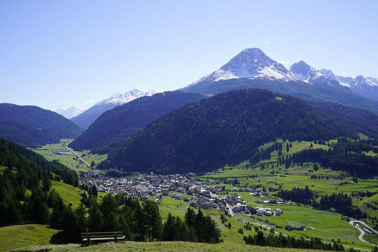Sommerlicher Ausblick auf das Dorf Nauders am Reschenpass
