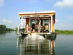 GENIAL! Mit dem gemieteten Hausboot unterwegs auf den Berliner und Brandenburgischen Flüssen und Seen, die irgendwie alle miteinander verbunden sind. Ein Kurztrip mit Freunden oder Familienurlaub auf dem Bunbo. Foto: Lukas Kocfelda