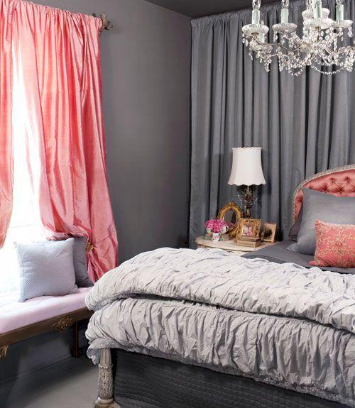 グレーをベースした部屋の中、光沢のあるピーチピンクのカーテンと同色のベッドのヘッドボードが華やかで素敵!両方のカーテンがピンクではないところがシックに纏められている印象に。