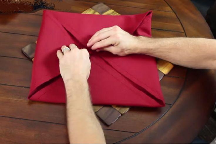 Pliages de serviettes pour une jolie table de fêtes.