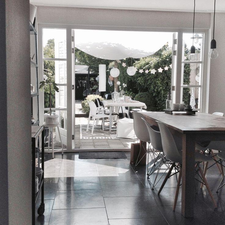 Na het kleurige interieur met een lekkere dosis designmeubelen van Bea stappen we nu weer in de wereld van de witte interieurs! We mogen binnenkijken bij Marieke.