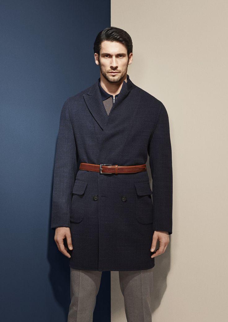 Manteau en cachemire bleu nuit croisé six boutons. Photographe : Alexis Armanet Mannequin : Alban Rassier