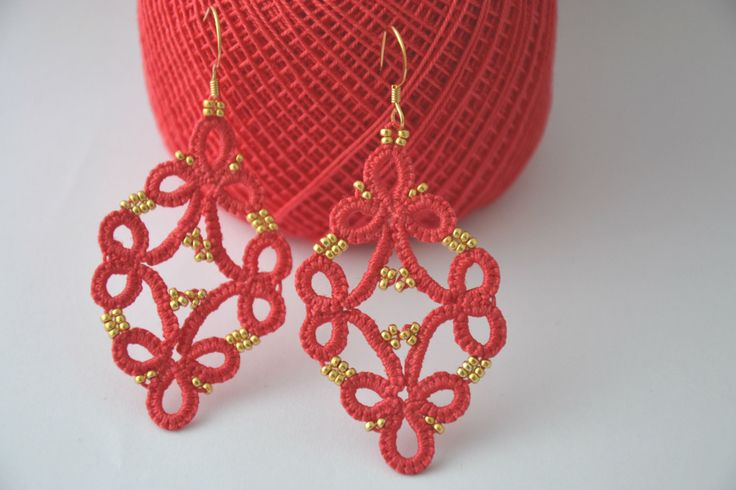 Orecchini pizzo chiacchierino colore corallo e perline oro, tatting earrings coral and gold beads, fatto a mano ,frivolitè orecchini leggeri di MariluCrochet su Etsy