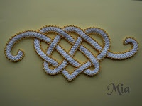 Crocheted braid. This is lovely. Tutorial in 20 photos for the wide braid. But, WHAT is the method for applying the gold edging?