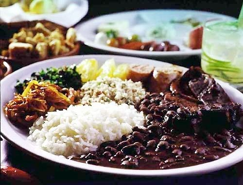 e, aiiiiiiiii!!! Comida Brasileira!! brasilian food, rice, feijoada (black beans) farofa, pirao somewhere??? and more...