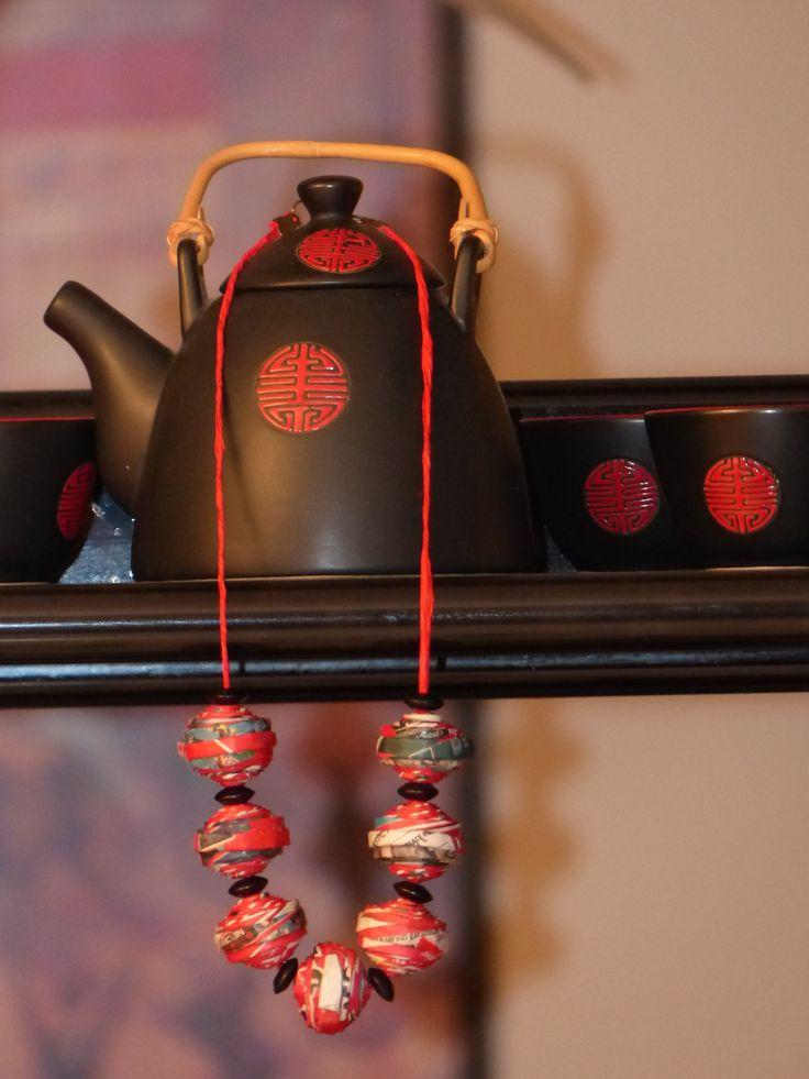 Collana: cannucce di volantini riciclati, perline, carta filata Carmen Benelli