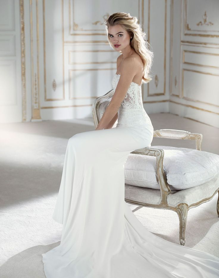A Very Sexy Form Fitting Design That Stylises The Figure And Sensual Sweetheart Neckline With Low Back Plays Tulle Chantilly