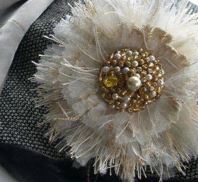 The Fabulous Fringe Flower. Tutorial here... http://fiberluscious.blogspot.com.au/p/fabulous-fringe-flower.html