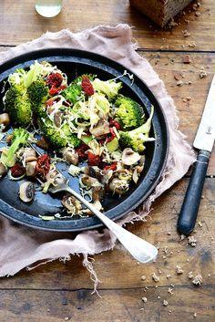 Salade brocolis, tomates séchées, champignons à l'ail, poireaux et chou chinois