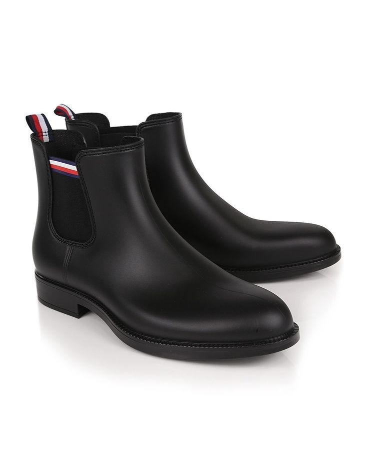 Wanting a pair of wellington boots which are functional, stylish and fully waterproof? The Stream Chelsea Wellington Boots by Tommy Hilfiger are the perfect boot for you. The classic Chelsea Boot style, combined with the fully waterproof composition creates a boot suitable for anything from walking the dogs through a muddy field, to a meal out in a restaurant.
