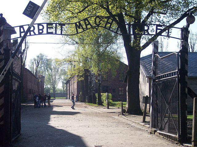 """""""O trabalho liberta"""" - Irônica e cruel frase no portão de entrada do campo de concentração de Auschwitz"""