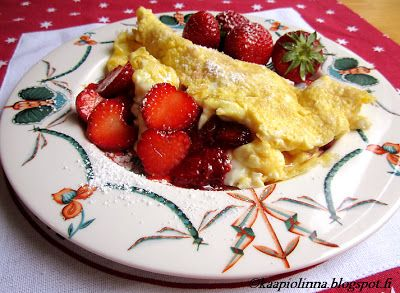 Kääpiölinnan köökissä: Strawberries on top - munakasta mansikoilla  Omelette with strawberries <3