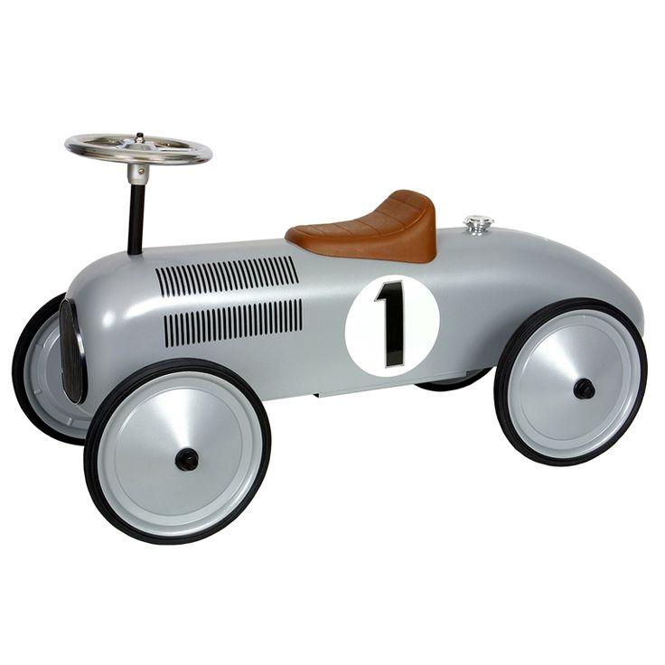 Maak kennis met de wereld vanaf je Retro Roller loopauto! Deze bolide heeft een klassieke look en lijkt op een oude Formule 1 wagen! Hij beschikt over rubberen banden dus je kunt zowel binnen als buiten een rondje maken. Wat wordt jouw bestemming?