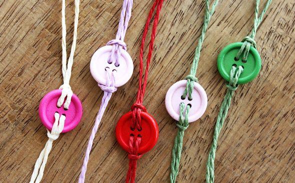 Button bracelet with hemp cord.  Bracelet  faite avec des buttons et du corde de chanvre