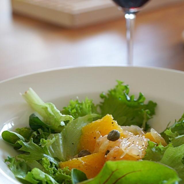 オレンジとグレープフルーツの搾り汁とオリーブオイルで最高のドレッシングです。 アクセントにケーパーを。 - 15件のもぐもぐ - オレンジとグレープフルーツのサラダ by juno