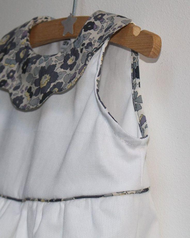 Piqué de coton blanc assorti d'un biais et d'un col Liberty Betsy gris galet