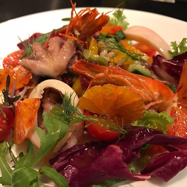 皆様!暖かいですね!🌞こんな日はこれ‼️ 魚介の冷製サラダ仕立て! 【フルッティ ディ マーレ】 #海の幸 や #魚介類 って事なんですが、仕上げにレモン🍋をギュッと搾って!🤗 #白ワインをお供に幸せを感じましょぉ〜! 因みに… #ホタルイカ #イイダコ #スルメイ #海老 #タロッコオレンジ 、大麦 ぜぇーんぶ入っておりんす🙇是非、#華金 はビババンコへGO→  本日は深夜まで‼️ 皆様のご来店楽しみにしております!😁 【ビババンコよりお知らせです!】 土日祝日のランチ営業を再開しております! 12時Open 14時L.O 15時close!詳細はご来店お待ちしております! #代々木上原 #代々木八幡 #ビババンコ #vivabanco #イタリアン #カウンターキッチン #デート #肉 #お肉 #サルシッチャ #自家製ソーセージ #ソーセージ #野菜  #産直野菜 #鉄板イタリアン #代々木上原イタリアン #代々木八幡イタリアン #生パスタ #ダルマプロダクション #フルッティディマーレ