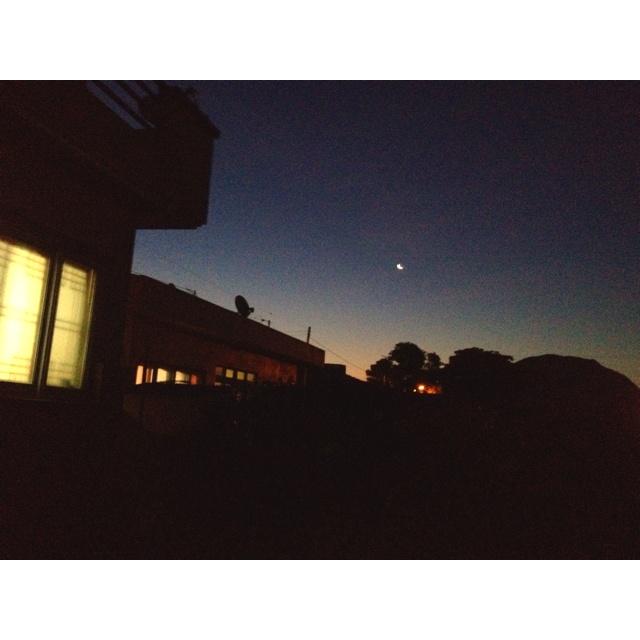 새벽에 집을 나서며.. 꼭 하늘을 본다. 달이 있는지, 하늘은 어떤지... 휴양지 제주에 살면서 이정도 여유는 있어줘야하지 않을까?