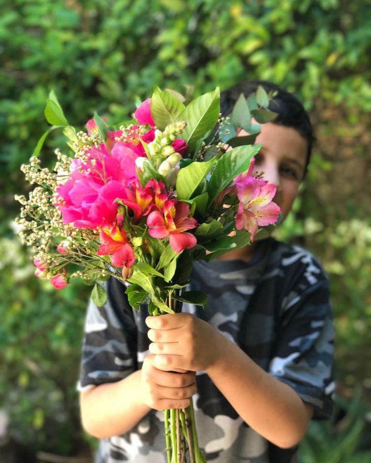 Todos los días son el día de la madre pero que lindos son los mimos !! Foto va foto viene divirtiéndonos con el modelo de mi corazón  Flores divinas   Gracias @ambardecoana . #felizdiadelamadre#diadelamadre#happyday#sunnyday#happymothersday#flowers#flowerfridaycompetition#jj_still_life#tv_stilllife#mimihomelove