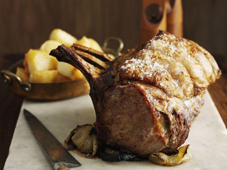 Statt Kotelett aus der Pfanne genießen wir das traditionelle Fleisch heute als knusprigen Braten: Kotelettbraten mit gebratenen Kartoffeln | Zeit: 45 Min. | eatsmarter.de