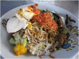 Kuliner pesisir utara ini disebut sega lengko (nasi lengko dalam bahasa Indonesia) yang selintas mirip nasi pecel ini, adalah makanan khas masyarakat pantai utara (Cirebon, Indramayu, Brebes, Tegal...
